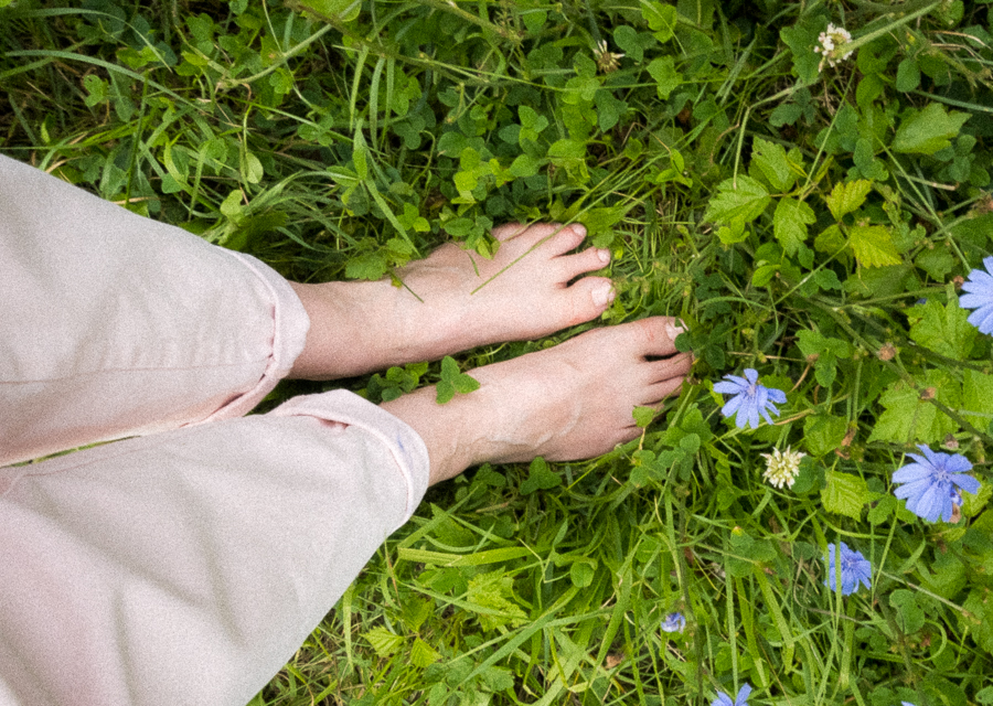6 Mindful things to do in Summer - barefoot walking